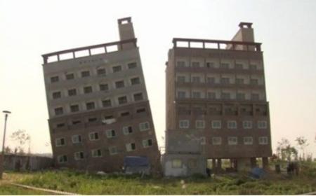 韓国で完成目前のビルが20度傾く、倒壊の危険も